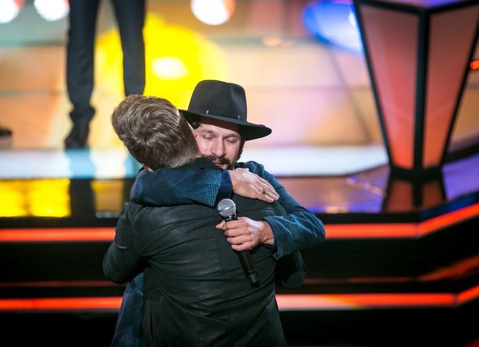 Edu Santa Fé abraça seu técnico, Michel Teló (Foto: Isabella Pinheiro/Gshow)