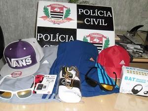 Produtos apreendido foram comprados com o dinheiro conseguido no assalto, segundo a polícia (Foto: Polícia Civil/Divulgação)