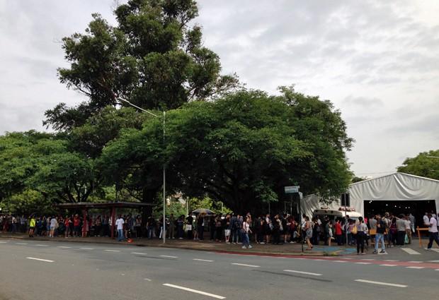 8H45: Fila do estande da Cosac Naify na Festa do Livro da USP 15 minutos antes da abertura oficial do evento (Foto: Ana Carolina Moreno/G1)