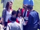 Prince Jackson recebe o carinho da família em formatura