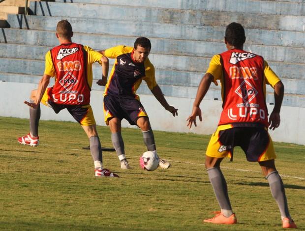 Rafael Estevan (de frente), lateral do Uberaba Sport treina forte para a Taça Minas (Foto: Enerson Cleiton / GLOBOESPORTE.COM)