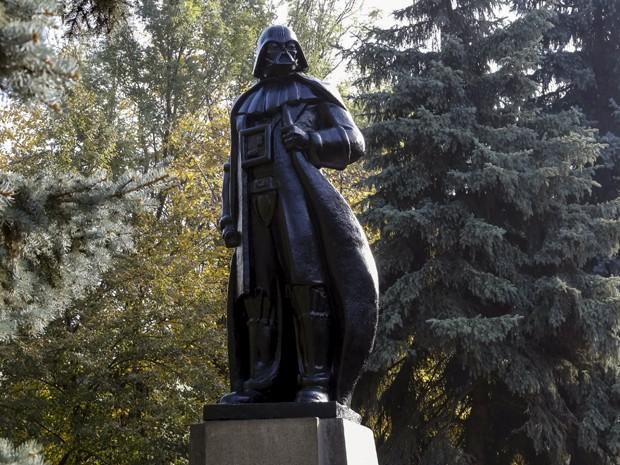 Estátua de Darth Vader é inaugurada em Odessa, na Ucrânia, na sexta (23) (Foto: Reuters/Yevgeny Volokin)