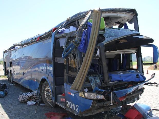 Ônibus caiu em ribanceira de 20 metros na Via Dutra, em Pindamonhangaba, SP. (Foto: Carlos Santos/G1)