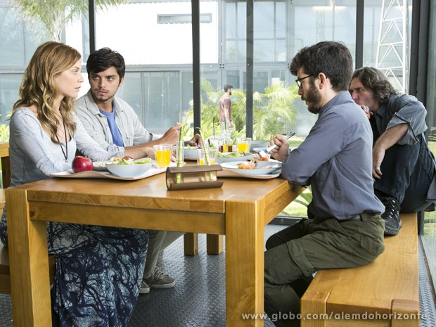 Paulinha senta a mesa com Marlon e os cientistas não gostam da presença da loira (Foto: Felipe Monteiro/TV Globo)