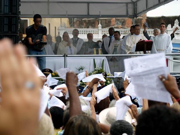 Fieis cantaram durante a missa em Salvador (Foto: Egi Santana/G1)