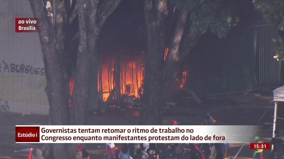 Incêndio na área interna do Ministério da Agricultura, em Brasília (Foto: Reprodução/GloboNews)