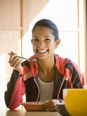 mulher tomando café da manhã euatleta (Foto: Getty Images)