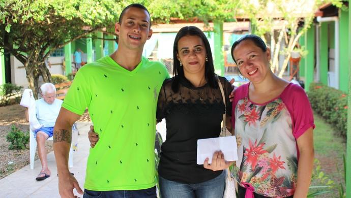 Família de Gabriel Vasconcelos no Lar da Terceira Idade em Porto Velho (Foto: Daniele Lira)