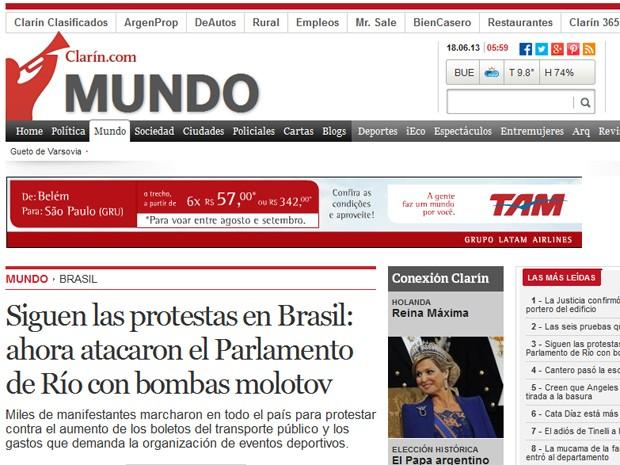 """No argentino """"El Clarín"""", o destaque é para as bombas incendiárias lançadas contra a Assembleia Legislativa do Rio. (Foto: Reprodução / El Clarín)"""