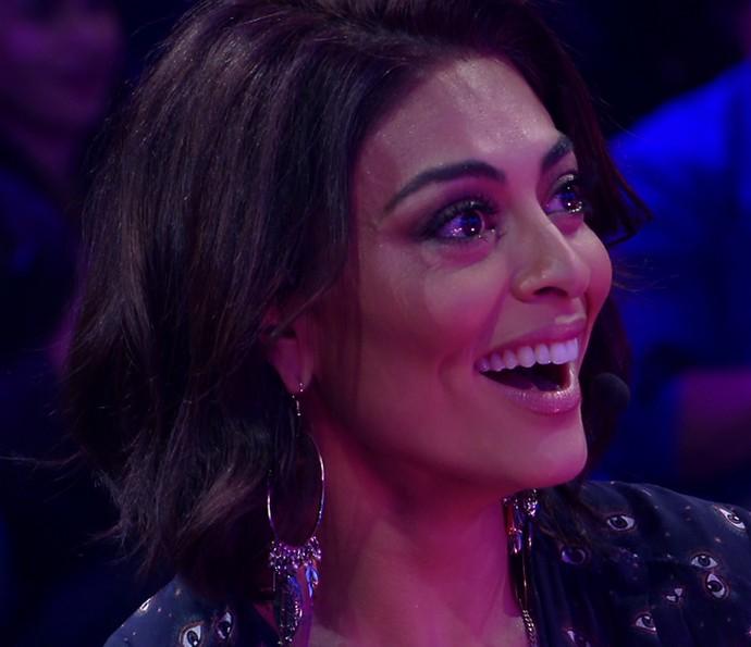 Juliana Paes não esconde o sorriso com a surpresa da família (Foto: TV Globo)