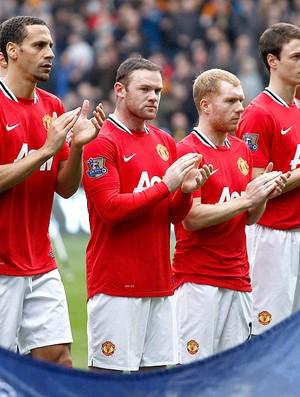 jogadores do Manchester United prestam homenagem para Fabrice Muamba (Foto: AP)