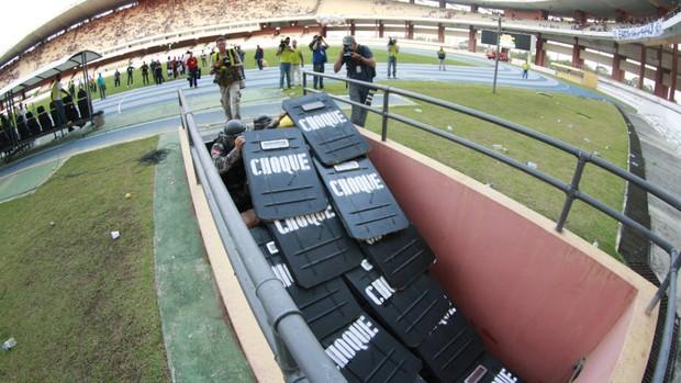 No jogo entre Remo e Mixto, jogadores tiveram que sair de campo com proteção (Foto: Tarso Sarraf/O Liberal)