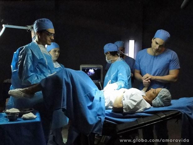 Amarilys faz nova inseminação, com apoio de Niko (Foto: Amor à Vida/ TV Globo)