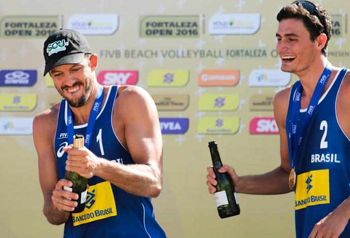 Oscar e André celebraram muito no pódio (Foto: Matheus Vidal / CBV)