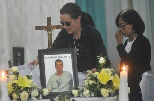 Angelita Muxfeldt, prima de Rodrigo Gularte, é vista em frente a caixão durante funeral em Jacarta nesta quarta-feira (29) (Foto: AP)