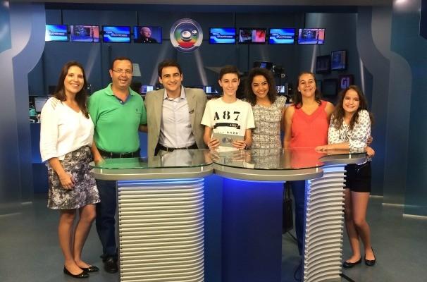 Guilherme e sua família vieram de Santa Cruz do Rio Pardo para conhecer o estúdio da TV TEM em Bauru (Foto: Reprodução/TV TEM)