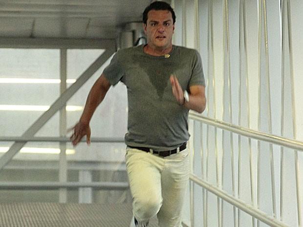 Théo corre, mas não chega a tempo de impedir a ida de Morena (Foto: Salve Jorge/TV Globo)