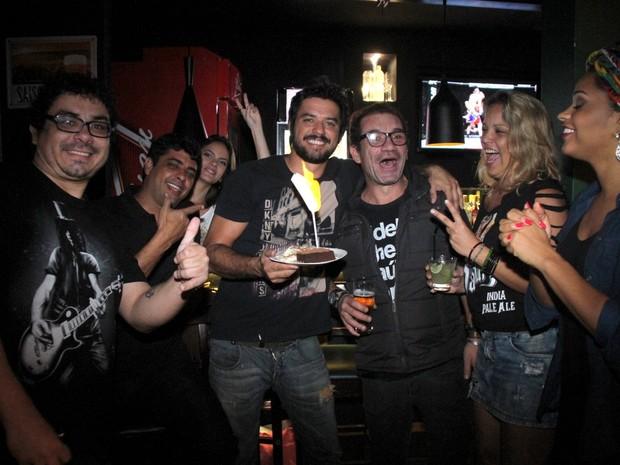 Guilherme Duarte e Juliana Alves com amigos em bar na Zona Oeste do Rio (Foto: Thyago Andrade/ Divulgação)