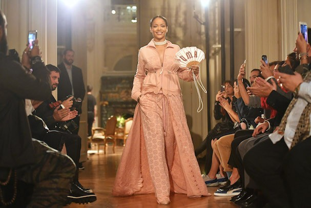 PARIS, FRANCE - SEPTEMBER 28:  Rihanna walks the runway during FENTY x PUMA by Rihanna at Hotel Salomon de Rothschild on September 28, 2016 in Paris, France.  (Photo by Pascal Le Segretain/Getty Images for Fenty x Puma) (Foto: Getty Images for Fenty x Puma)