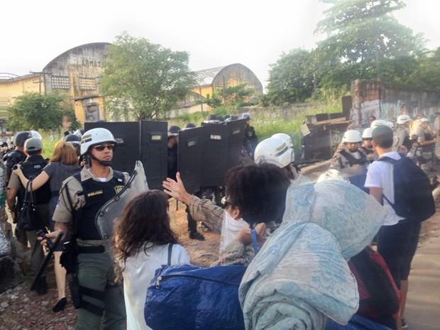 Manifestantes tentam manter diálogo com policiais militares (Foto: Kety Marinho/TV Globo)