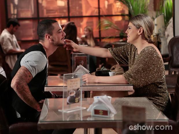 Edith faz carinho em Wagner (Foto: Felipe Monteiro/TV Globo)