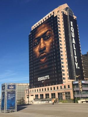Anthony Davis em propagandas gigantes nas ruas de Nova Orleans (Foto: Tiago Leme / Globoesporte.com)
