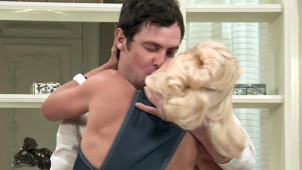 'Mundo Bom!' Candinho beija Sandra para esquecer Filó (TV Globo)