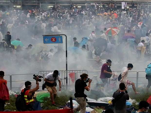 Polícia utilizou bombas de gás para conter o proteste em Hong Kong (Foto: AFP PHOTO / AARON TAM)