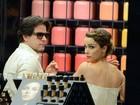 Murilo Benício ajuda Débora Falabella a comprar maquiagem em shopping