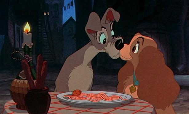 """Dificilmente um beijo entre humanos supera a fofura do encontro de focinhos de 'A Dama e o Vagabundo' (1955), em que os dois cães protagonistas se """"beijam"""" após sugarem um mesmo fio de espaguete. (Foto: Reprodução)"""