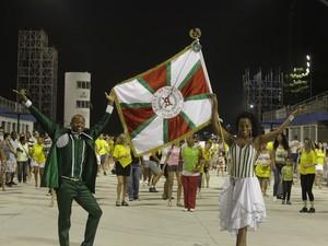 """Casal de mestre-sala e porta-bandeira da X-9 paulistana. Escola começou seu ensaio técnico por volta das 21h deste sábado e tem como enredo """"Se pra ter diversidade basta viver com alegria: sorria...pois São Paulo hoje é só harmonia!""""  (Foto: GABRIELA BILÓ/FUTURA PRESS/ESTADÃO CONTEÚDO)"""