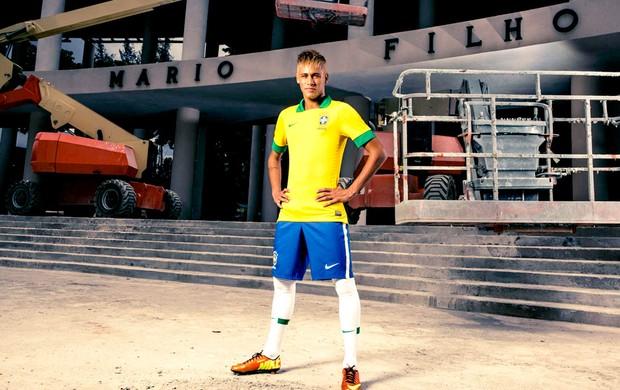 Neymar posa com nova camisa da Seleção nas obras do Maracanã ... 2a8d4f2aa496f