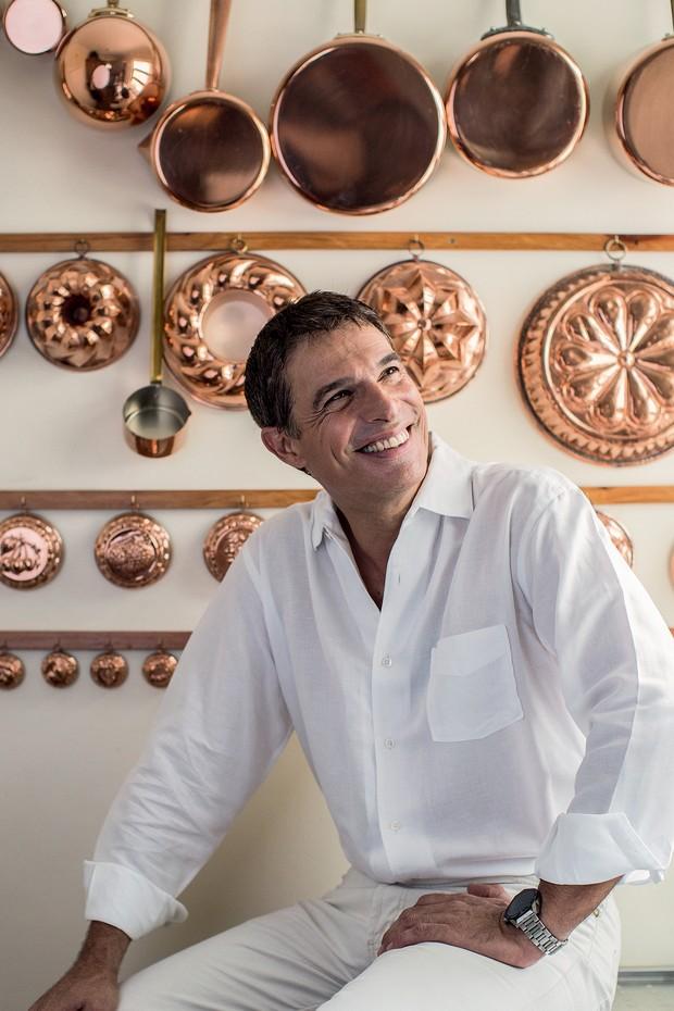 Olivier na cozinha de sua casa, no centro de São Paulo (Foto: Deco Cury)