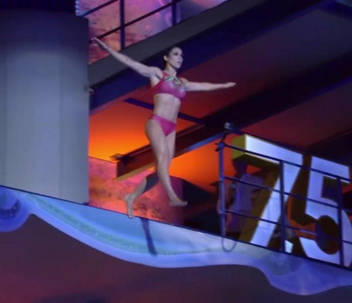 Bella Falconi salta em pé no 'Saltibum' (Foto: TV Globo)