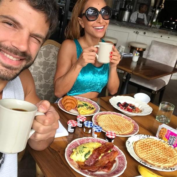 Sabrina curte café da manhã caprichado com o Duda Nagle (Foto: Reprodução Instagram)
