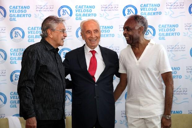 Caetano Veloso e Gilberto Gil encontram Shimon Peres (Foto: GIDEON MARKOWICZ / AFP)