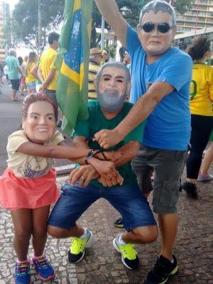 Manifestantes usaram máscaras durante o ato em Marília  (Foto: Alan Schneider/ TV TEM)