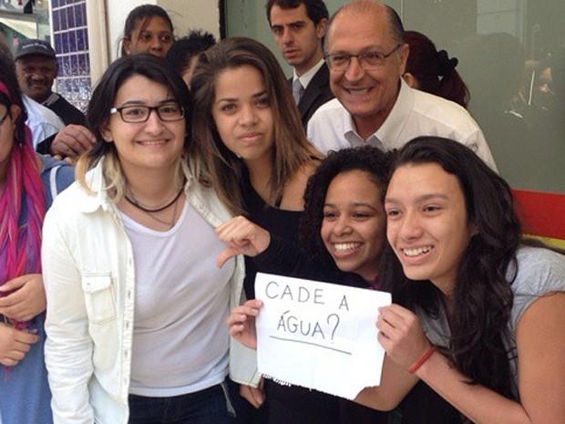 Jovens fazem protesto contra a crise hídrica ao posar em foto com Geraldo Alckmin  (Foto: Mateus Andrade/Arquivo Pessoal )