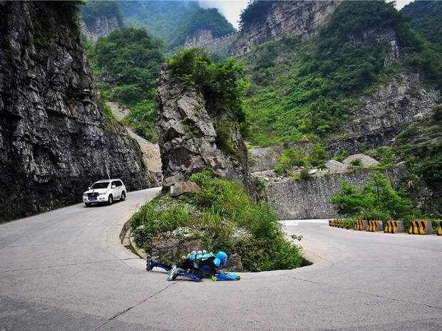 O inventor e motorista da 'roupa rolante' enfrentou curvas fechadas por 10,7 km e desceu o trecho da montanha em 19 minutos e 34 segundos. (Foto: AP)