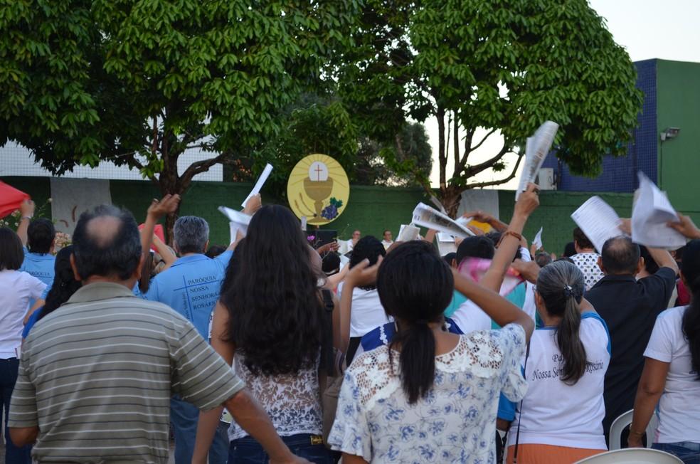 Fieis cantaram e rezaram durante a missa na capital (Foto: Jheniffer Núbia/G1)