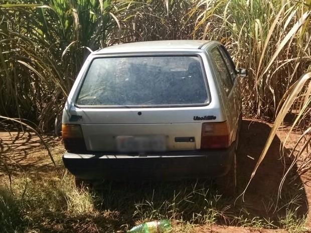 Carro furtado foi encontrado em canavial na zona rural (Foto: Divulgação/ PM Cerqueira César)