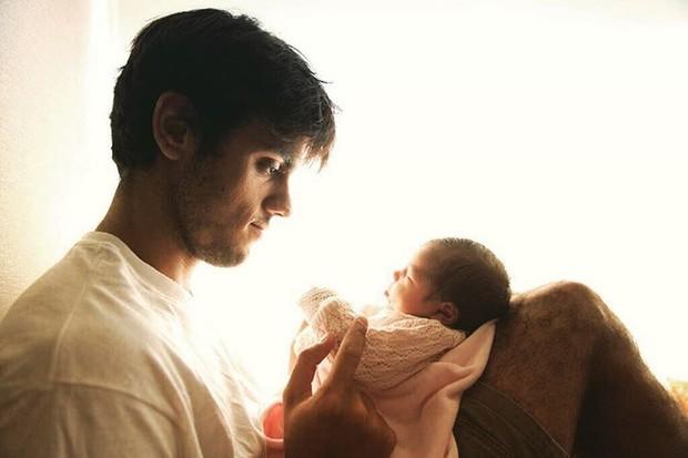 Felipe Simas com a filha, Maria (Foto: Reprodução/Instagram)