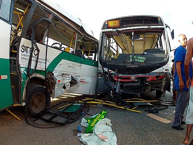 Batida entre ônibus e micro-ônibus deixa feridos na Avenida Suburbana (Foto: Imagem/ TV Bahia)