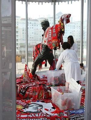 Estátua de Eusebio tem presentes retirados para visitação do público