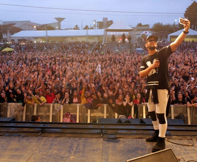 Ton Carfi fez questão de tirar uma selfie com o público do Festival Promessas (Foto: Luiz Renato Correa/RPC)