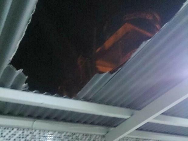 Suspeito tentou invadir casa e acabou caindo do telhado  (Foto: Arquivo pessoal)