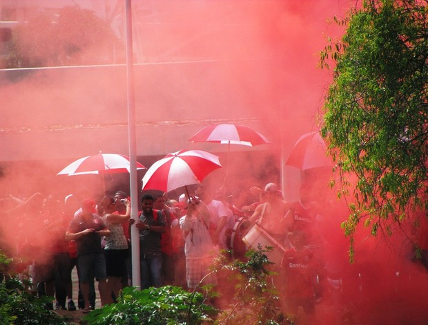 Torcida empurra Inter no treino antes do Gre-Nal (Foto: Tomás Hammes / GLOBOESPORTE.COM)