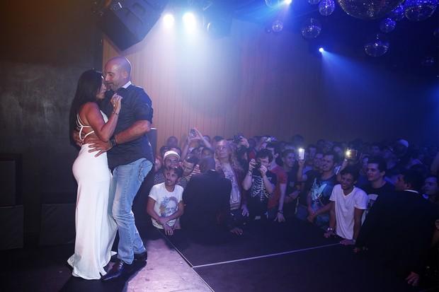 Gretchen dança com o marido, Carlos Marques, em show em boate na Zona Portuária do Rio (Foto: Marcos Serra Lima/ EGO)