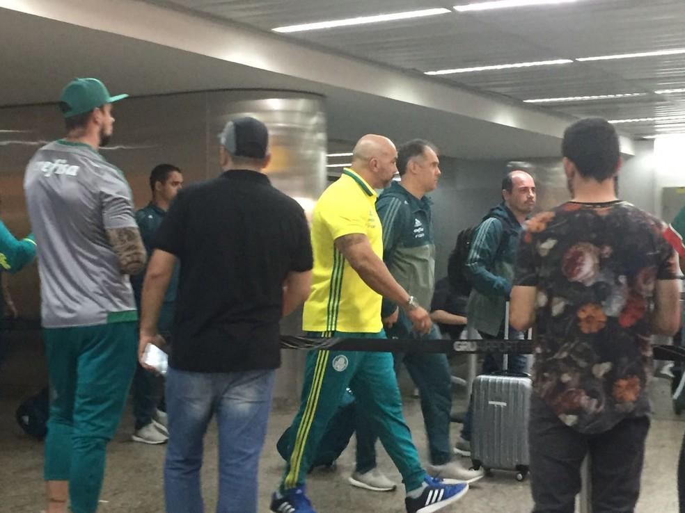 Eduardo Baptista na chegada do Palmeiras depois da derrota na Bolívia (Foto: Felipe Zito)