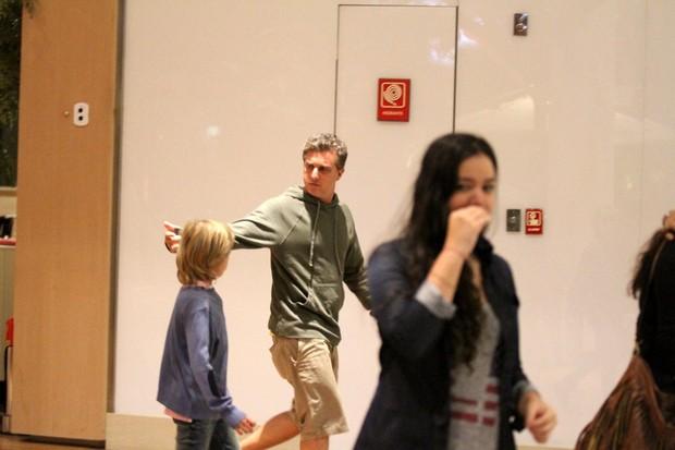 Luciano Huck com os filhos (Foto: Johnson Parraguez/PhotoRioNews)